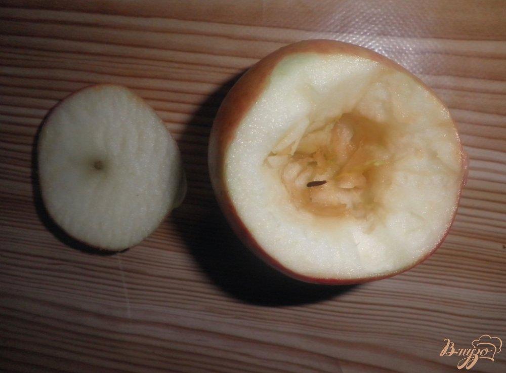 Фото приготовление рецепта: Запеченные яблоки с творогом и изюмом шаг №2