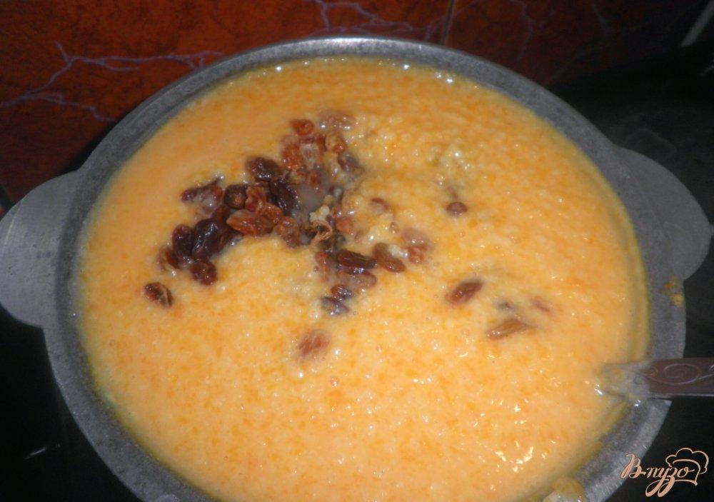 Фото приготовление рецепта: Тыквенная каша с пшеном и с изюмом шаг №7