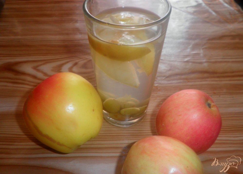 Фото приготовление рецепта: Яблочный компот с виноградом шаг №5