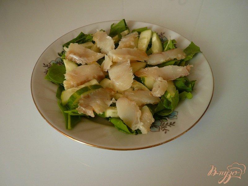 Фото приготовление рецепта: Салат с копченой рыбкой шаг №3