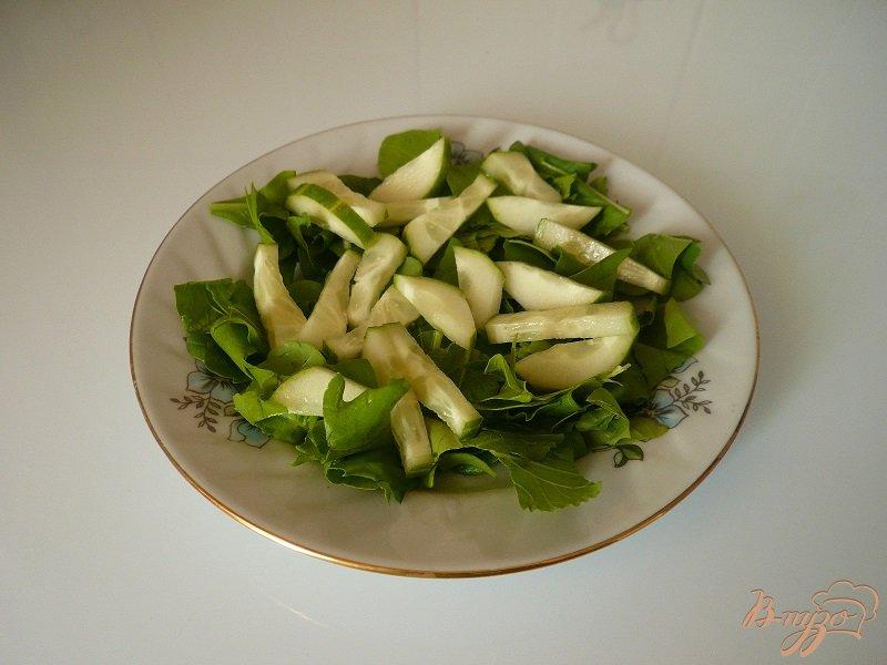 Фото приготовление рецепта: Салат с копченой рыбкой шаг №2