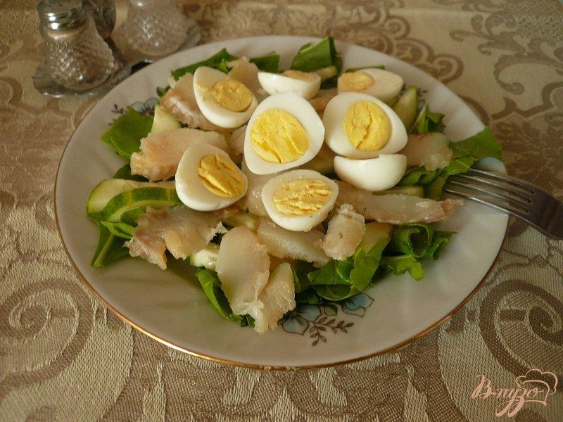 Фото приготовление рецепта: Салат с копченой рыбкой шаг №5