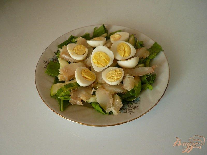 Фото приготовление рецепта: Салат с копченой рыбкой шаг №4