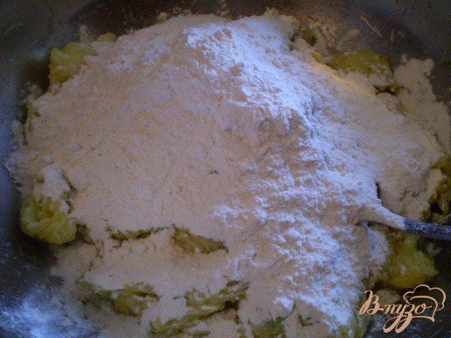 Фото приготовление рецепта: Деруны кабачковые с чесноком и укропом шаг №3