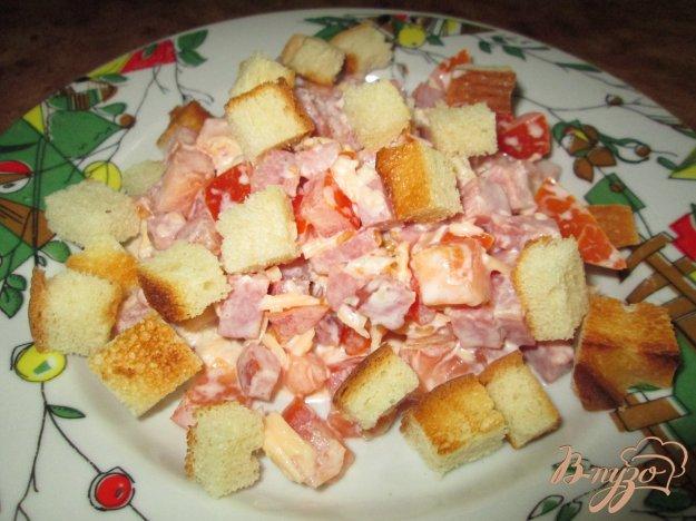 Рецепт Салат с помидорами, ветчиной и сухариками