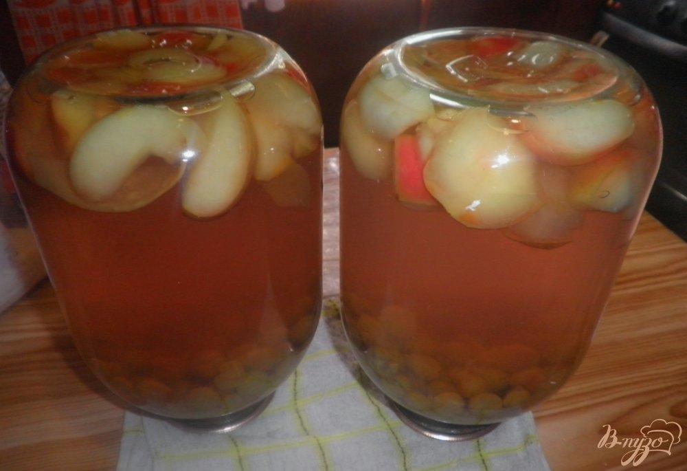 Фото приготовление рецепта: Виноградно-яблочный компот на зиму шаг №4