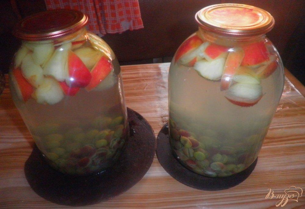 Фото приготовление рецепта: Виноградно-яблочный компот на зиму шаг №3