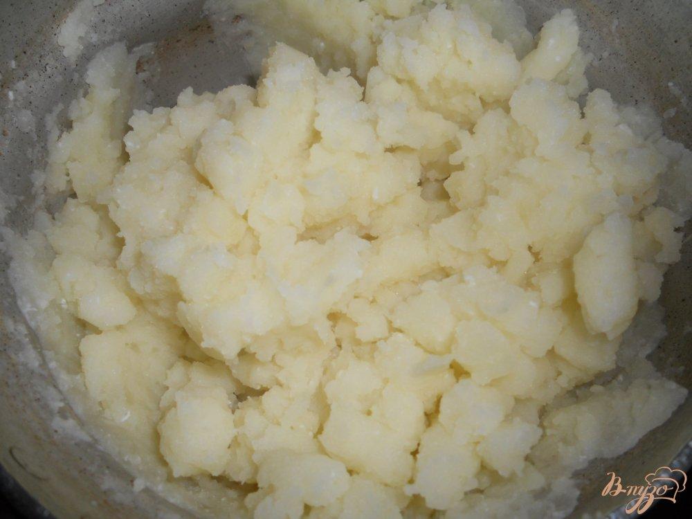 Фото приготовление рецепта: Картофельное пюре с зеленым горошком шаг №4