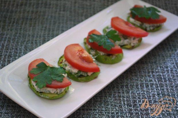 Закусочные кабачки с фетой, тыквенными семечками и помидором