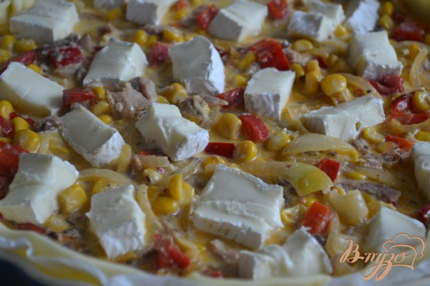 Киш с сардинами и сыром бри