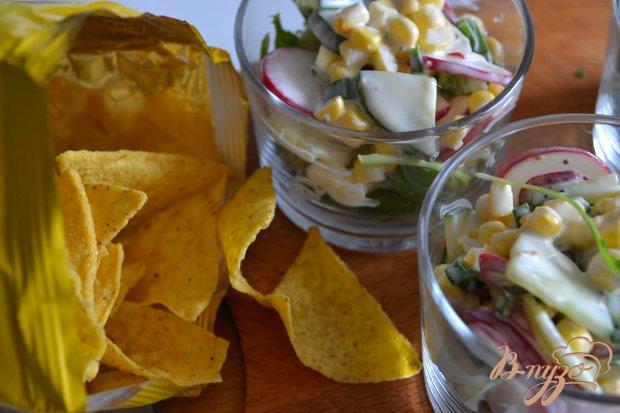 Овощной салат с рукколой и кукурузными чипсами