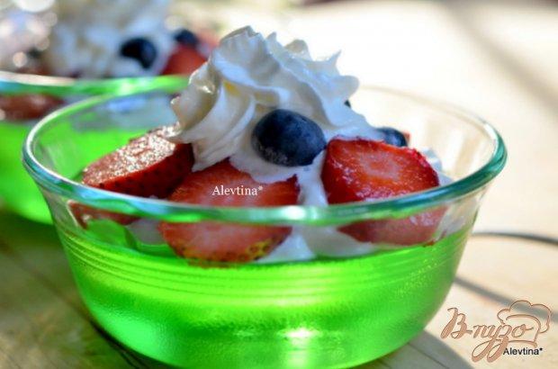 Десерт с желе и ягодами