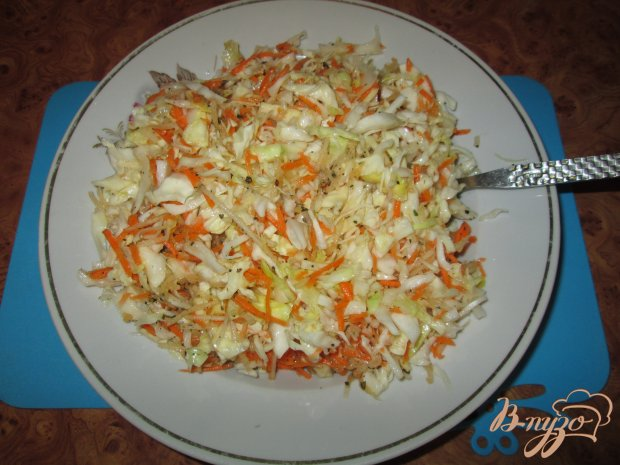 Капустный салат с морковью и яблоком