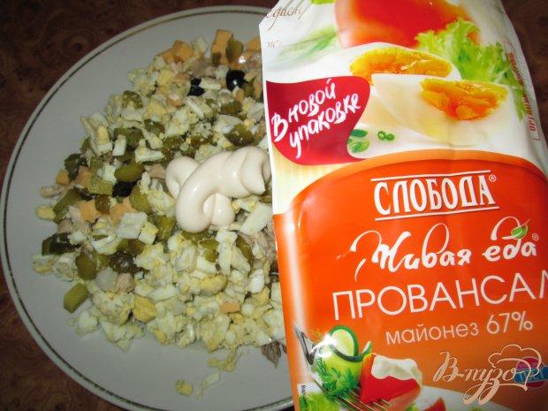Салат с курицей, сыром и оливками