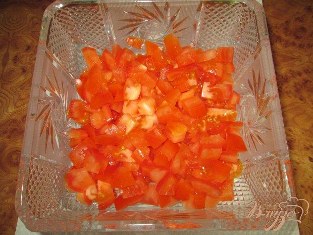 Салат с помидорами, ветчиной и сухариками
