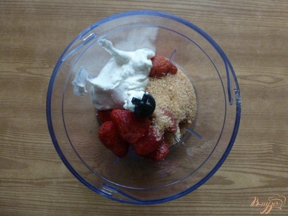 Фото приготовление рецепта: Творожно-клубничное желе шаг №4