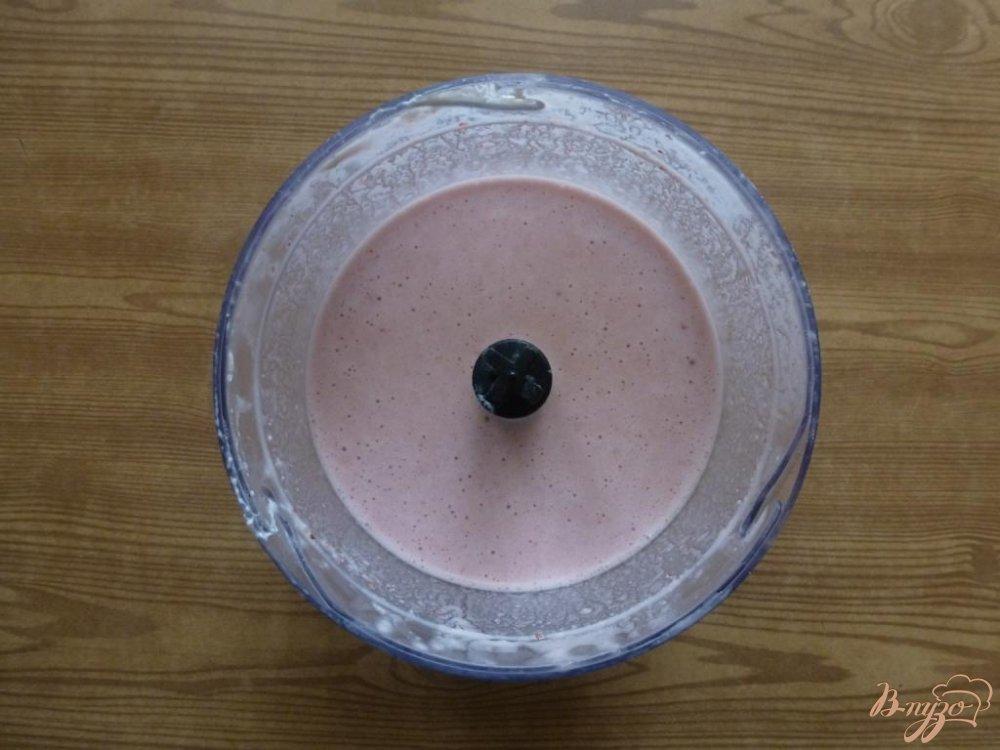 Фото приготовление рецепта: Творожно-клубничное желе шаг №6