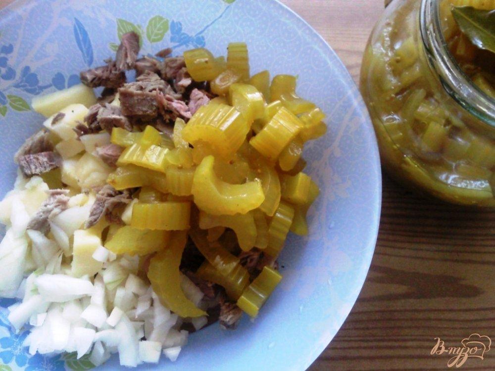 Фото приготовление рецепта: Овощной салат с говядиной и маринованным сельдереем шаг №2