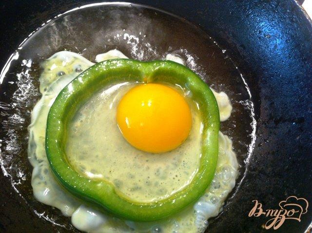 Фото приготовление рецепта: Глазунья на завтрак шаг №2