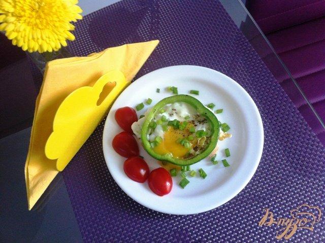 Фото приготовление рецепта: Глазунья на завтрак шаг №4