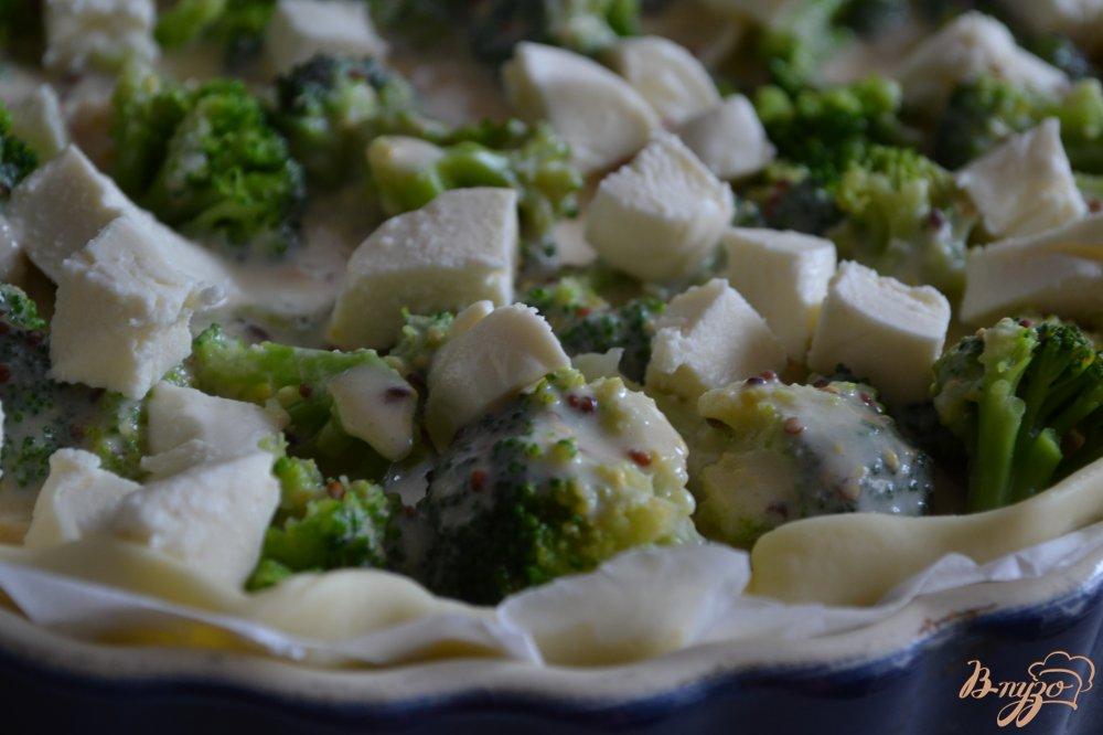 Фото приготовление рецепта: Пирог с брокколи и копченым куриным мясом шаг №4