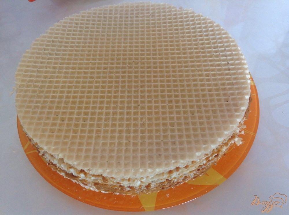 Фото приготовление рецепта: Вафельный торт со сгущенкой шаг №6