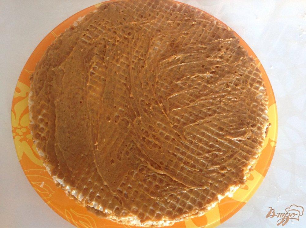 Фото приготовление рецепта: Вафельный торт со сгущенкой шаг №5