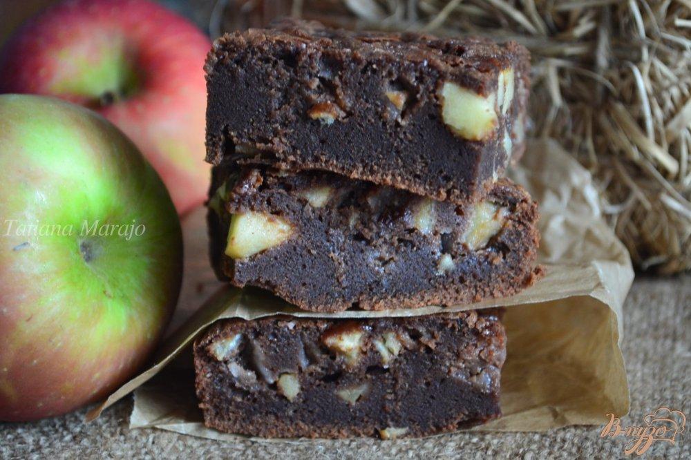Фото приготовление рецепта: Шоколадный пирог с яблоками шаг №7