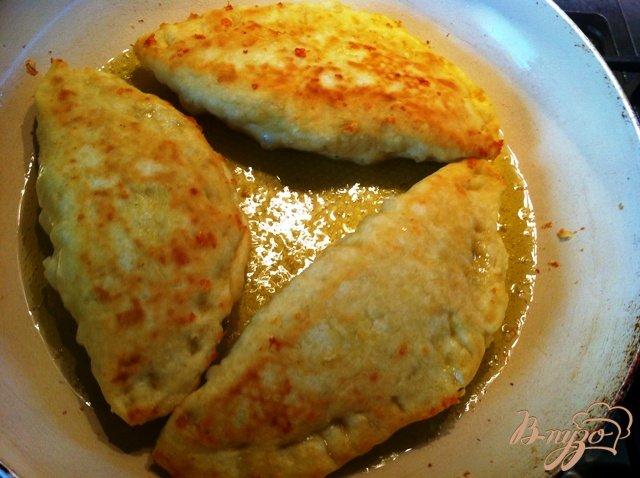 Фото приготовление рецепта: Сырные лепешки с грибами шаг №10