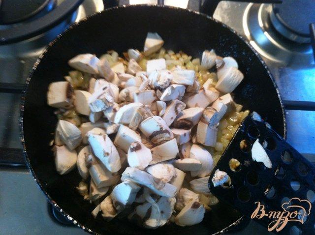 Фото приготовление рецепта: Сырные лепешки с грибами шаг №6
