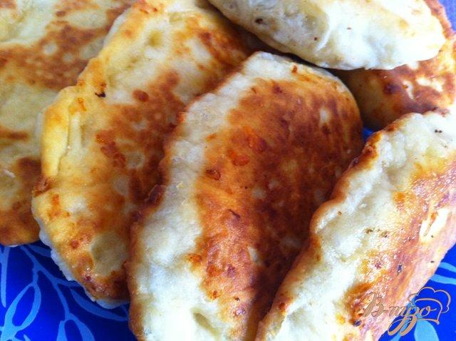 Фото приготовление рецепта: Сырные лепешки с грибами шаг №11