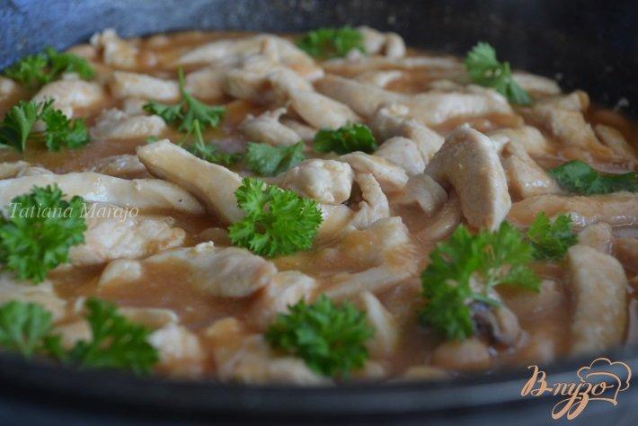 Фото приготовление рецепта: Куриное  филе с белой фасолью в томатном соусе шаг №4