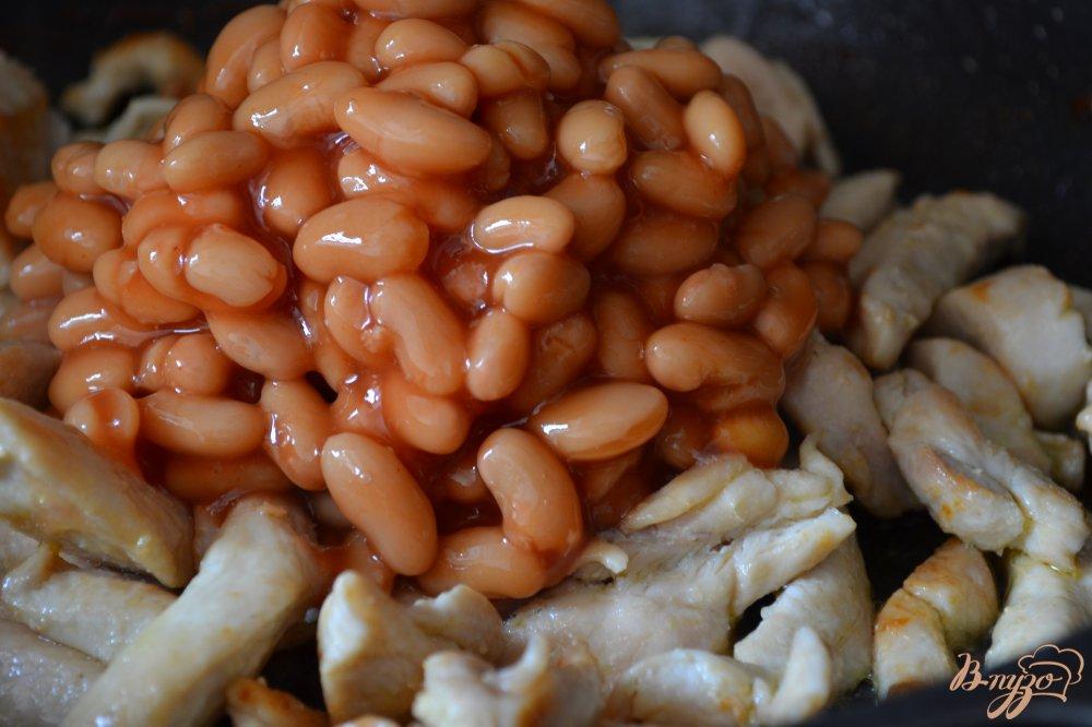 Фото приготовление рецепта: Куриное  филе с белой фасолью в томатном соусе шаг №3