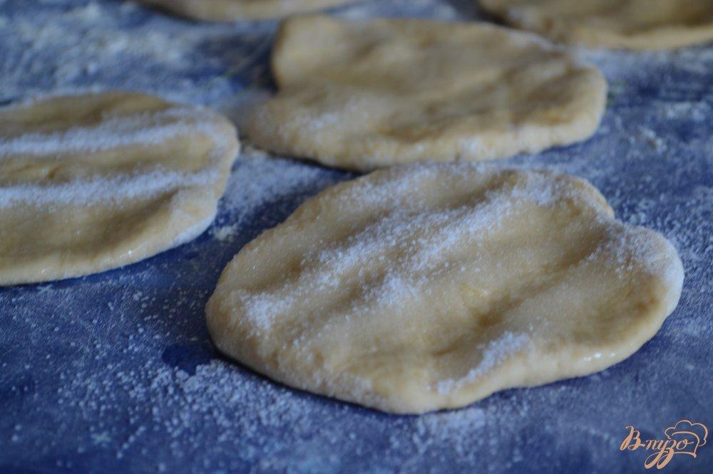 Фото приготовление рецепта: Сахарные плюшки на сгущеном молоке шаг №6
