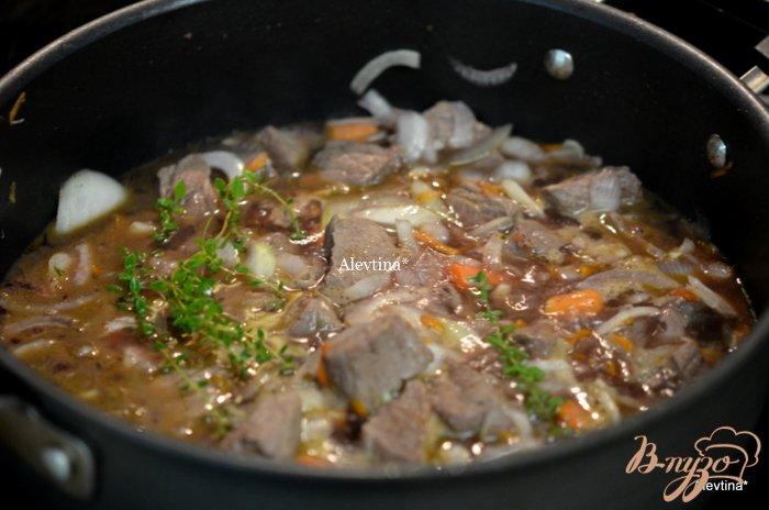 Фото приготовление рецепта: Тушеная говядина с медом и тимьяном шаг №2