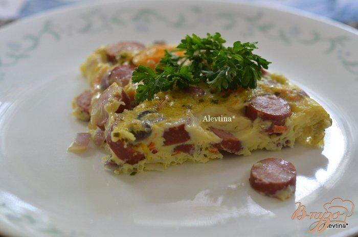 Фото приготовление рецепта: Фриттата с сосисками и сладким перцем шаг №7