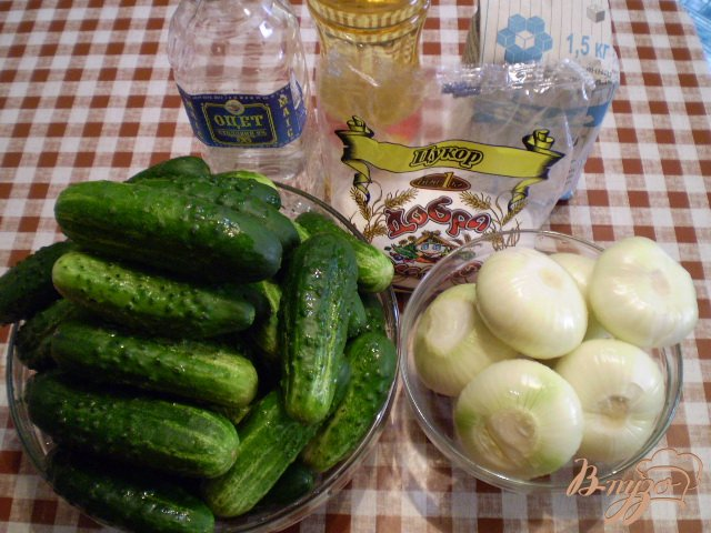 Фото приготовление рецепта: Огурцы с репчатым луком шаг №1