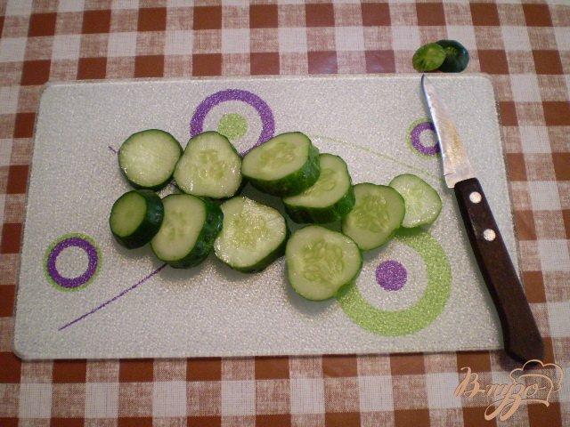 Фото приготовление рецепта: Огурцы с репчатым луком шаг №2