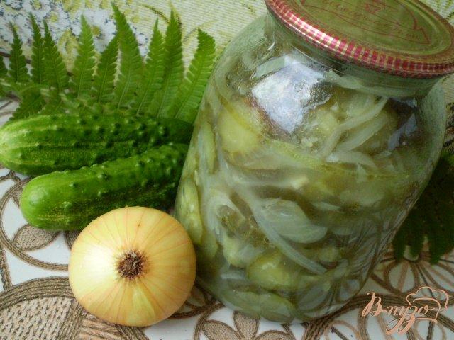 Фото приготовление рецепта: Огурцы с репчатым луком шаг №7