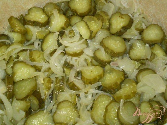 Фото приготовление рецепта: Огурцы с репчатым луком шаг №5