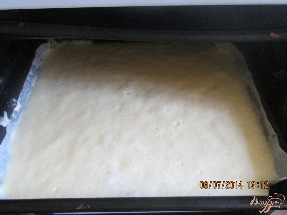 Фото приготовление рецепта: Бисквитный рулет с творогом шаг №3