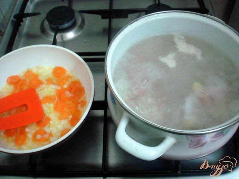 Фото приготовление рецепта: Овощной суп с кабачками и сардельками шаг №6