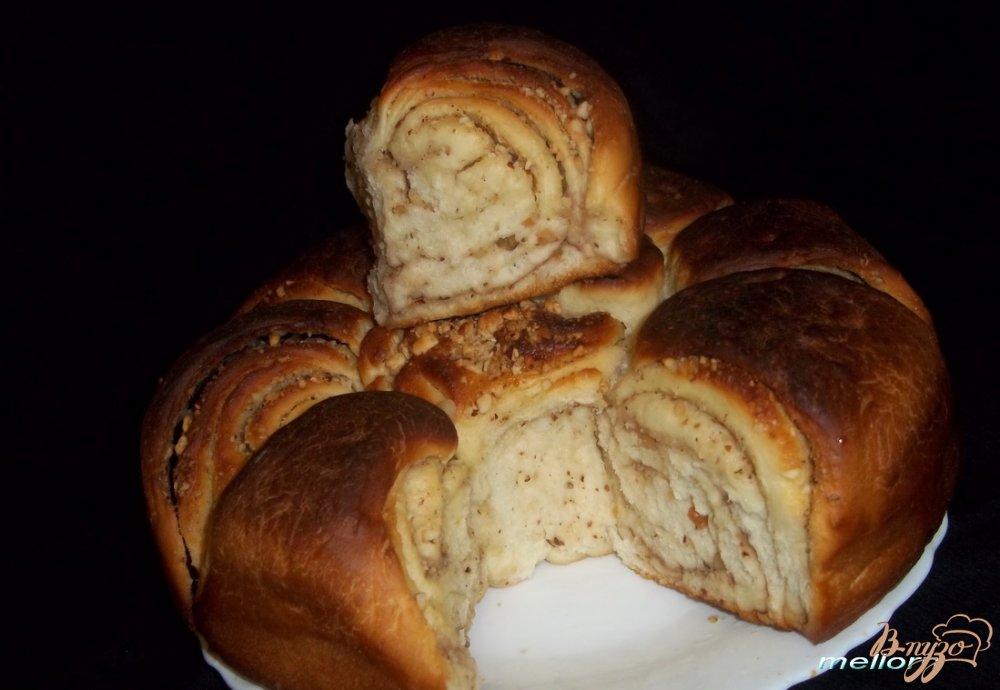 Фото приготовление рецепта: Плюшка «Цветок» с орехами шаг №9