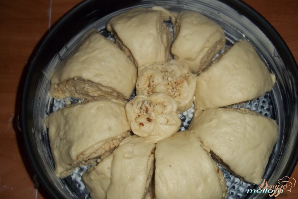 Фото приготовление рецепта: Плюшка «Цветок» с орехами шаг №8