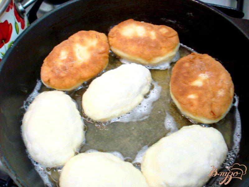 Фото приготовление рецепта: Жареные пирожки на кефире с квашеной капустой шаг №16