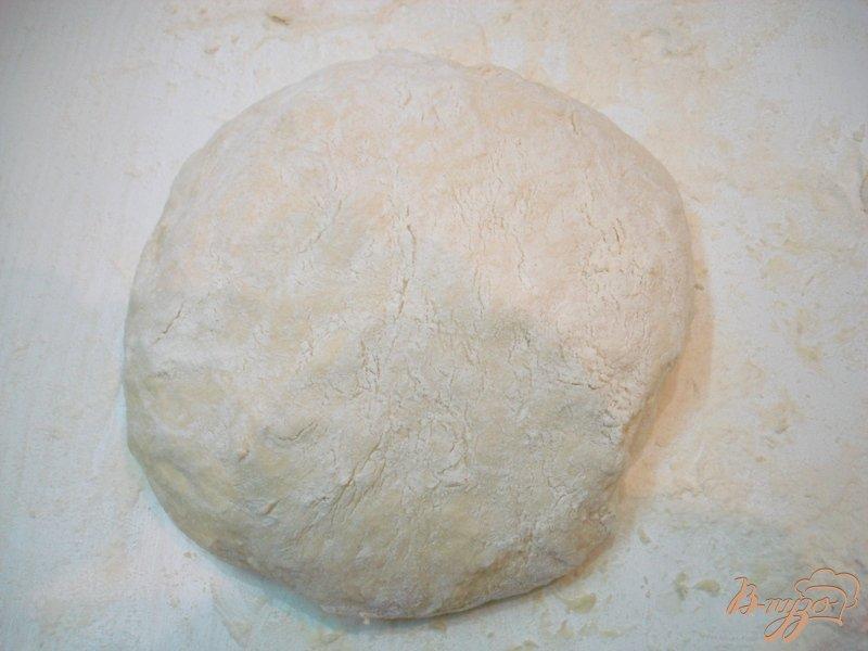 Фото приготовление рецепта: Жареные пирожки на кефире с квашеной капустой шаг №14