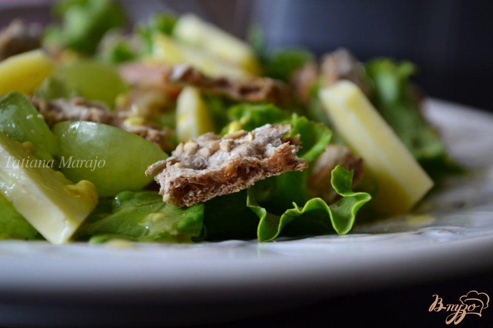 Фото приготовление рецепта: Салат с ржаными хлебцами шаг №6