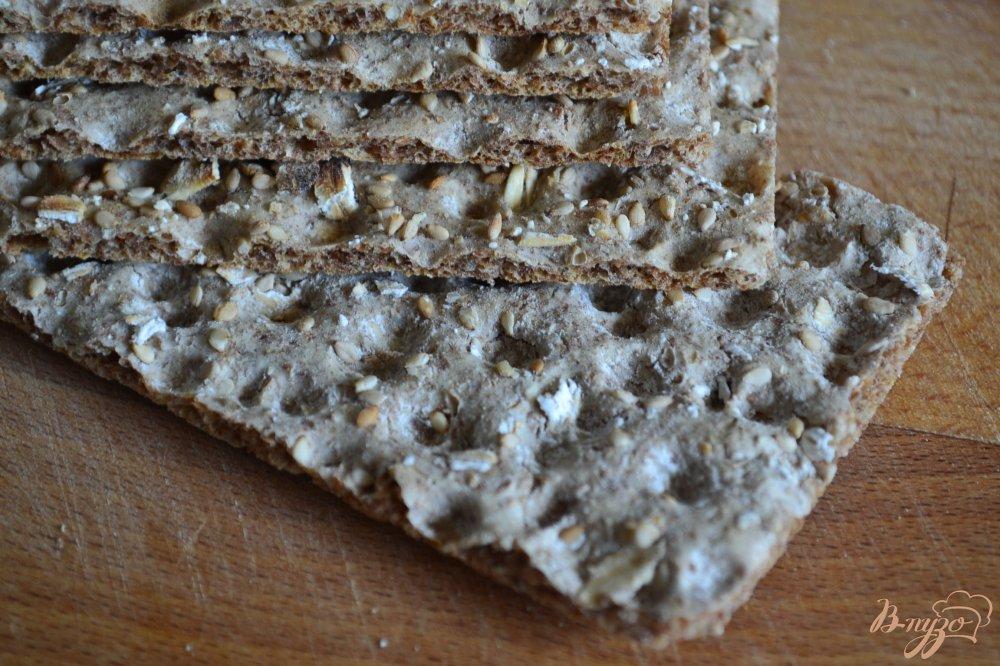 Фото приготовление рецепта: Салат с ржаными хлебцами шаг №4
