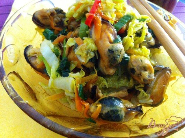 Фото приготовление рецепта: Теплый  салат с мидиями шаг №13