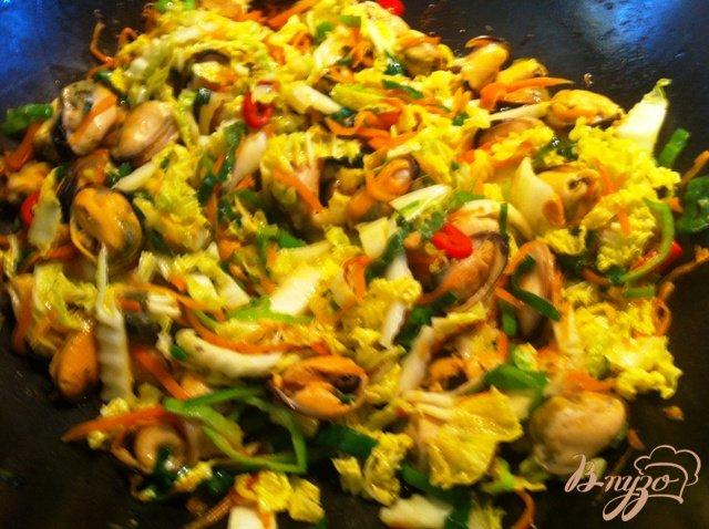 Фото приготовление рецепта: Теплый  салат с мидиями шаг №12